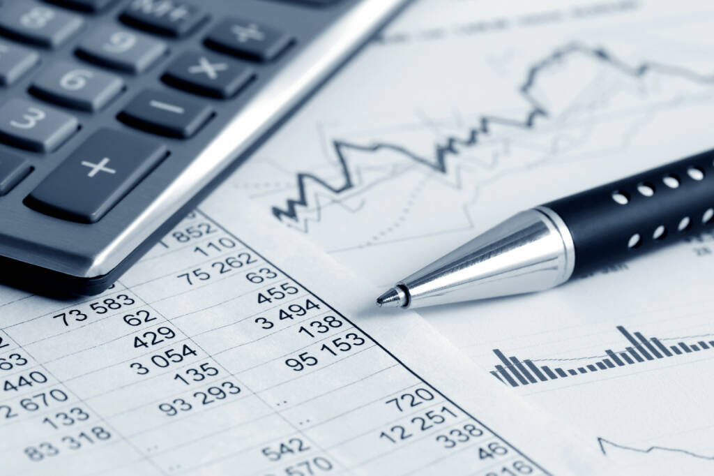 Taschenrechner, Kuli, Chart, Berechnung - http://www.shutterstock.com/de/pic-188334569/stock-photo-financial-accounting-stock-market-graphs-analysis.html, © www.shutterstock.com (06.10.2014)