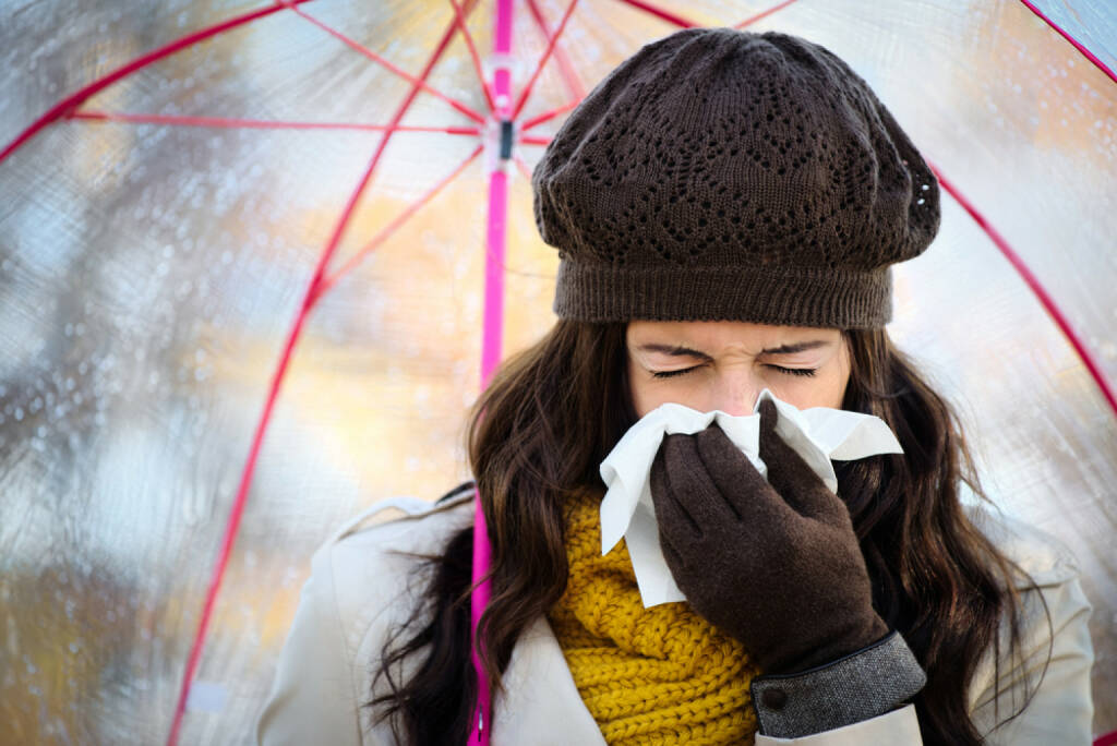 Schnupfen, niesen, Verkühlung, Krankheit, http://www.shutterstock.com/de/pic-210276313/stock-photo-woman-with-cold-or-flu-coughing-and-blowing-her-nose-with-a-tissue-under-autumn-rain-brunette.html
