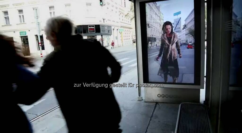 Marketing-Aktion zur fünften Staffel von The Walking Dead an Wiener Straßenbahnhaltestelle. Fox International Channels: Zombie-Attacke auf Wiener Straßenbahn: Sky und Fox stimmen mit Happening auf Staffel 5 von The Walking Dead ein,  obs/Fox International Channels/Sky Österreich, © Aussendung (11.10.2014)