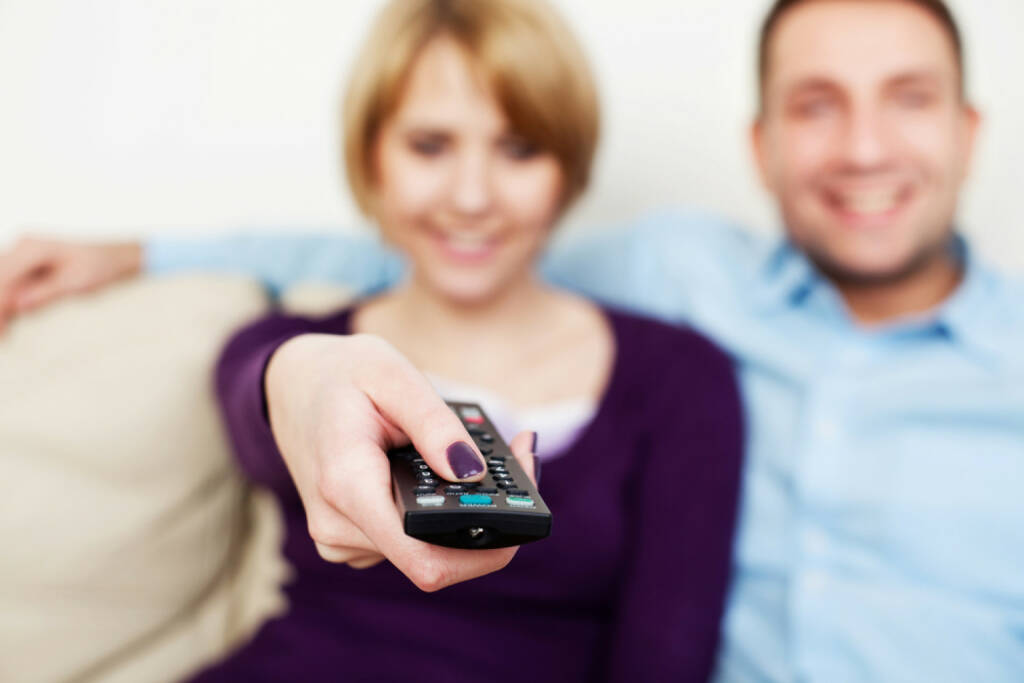 Fernsehen, Fernseher, Fernbedienung, TV, Television, fernschauen, http://www.shutterstock.com/de/pic-130173656/stock-photo-young-couple-watching-tv.html, © www.shutterstock.com (18.03.2018)