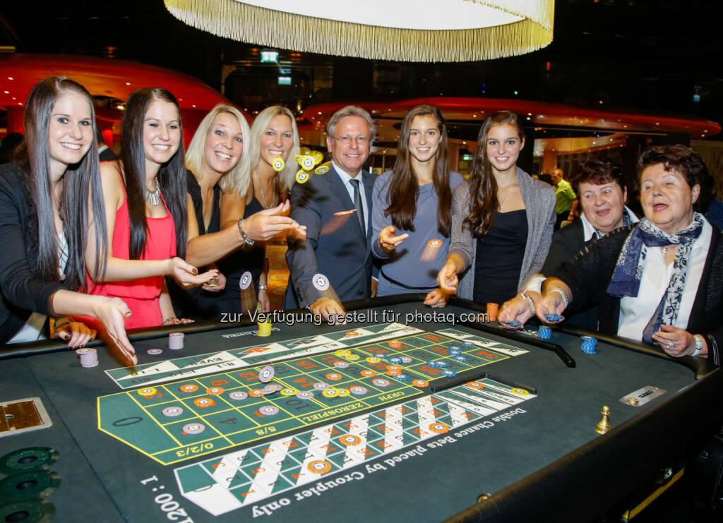 Zwillingspaare mit Casino Baden Direktor Edmund Gollubits: Casinos Austria: Double Roulette in den Casinos Baden und Wien erfolgreich gestartet, © Aussender (13.10.2014)