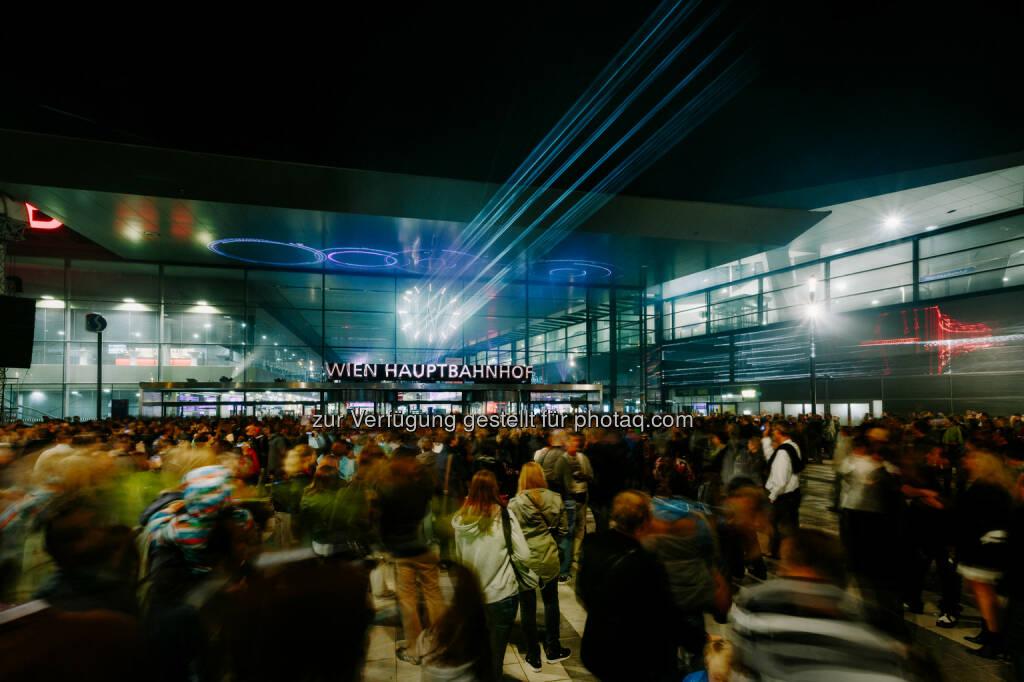 ÖBB Österreichische Bundesbahnen: Besucheransturm am Wiener Hauptbahnhof: 200.000 feierten bei der Eröffnung mit, © Aussendung (13.10.2014)