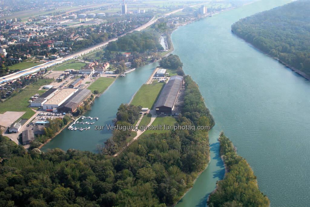 WRG - Werft Revitalisierung GmbH: Schönste Donauinsel wirbt um Jahrhundert-Ansiedlung: Dieses geschichtsträchtige Areal vor den Toren Wiens ist bereit für eine neue Ära. Wurden im 160-jährigen Bestehen der Werft Korneuburg fast 1.000 Schiffe gebaut, welche noch heute auf den großen Flüssen und Meeren unterwegs sind, so ist diese Halbinsel nun reif für Investoren, die sich an der schönen Donau ein Denkmal setzen wollen. Das Gelände wurde mit einem Investitionsaufwand in Millionen-Höhe perfekt umweltsaniert und Maßnahmen wie Hochwasserschutz und eine direkte Autobahnabfahrt vorbereitet., © Aussender (15.10.2014)