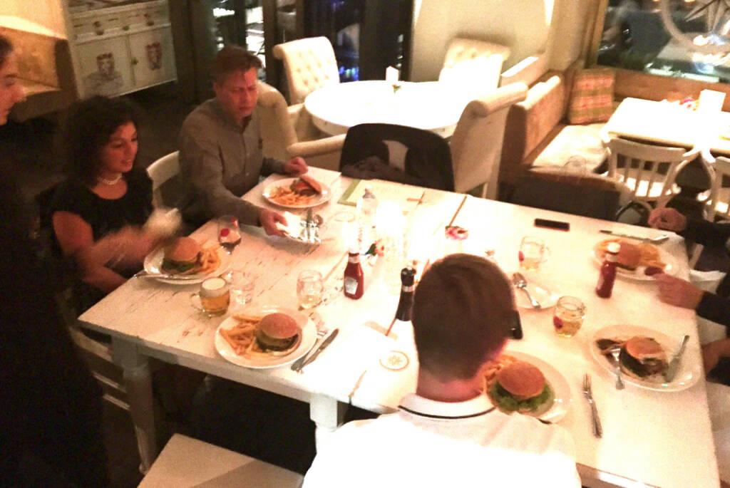 Mit u.a. Stefania Tortorici und Robert Gillinger im Heinz, für 6 Personen gab es eine Art Cheeseburger-Platte für 6 Personen (16.10.2014)