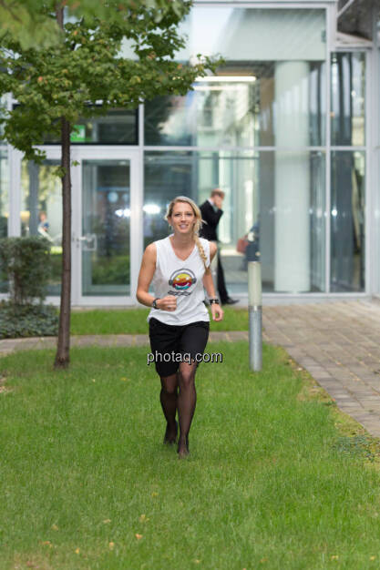 Start - Nina Bergmann (finanzen.net) im runplugged shirt auf der Gewinnmesse, © runplugged/Martina Draper (16.10.2014)