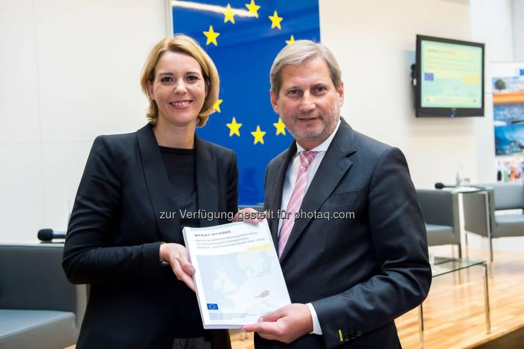 Johannes Hahn und Sonja Steßl bei der Feierlichen Übergabe des EU-Partnerschaftsabkommens mit Österreich (20.10.2014)
