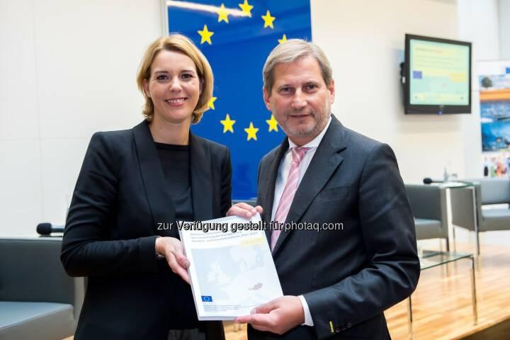 Johannes Hahn und Sonja Steßl bei der Feierlichen Übergabe des EU-Partnerschaftsabkommens mit Österreich