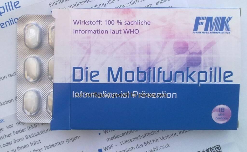 Forum Mobilkommunikation - FMK: FMK: Mobilfunkpille hilft gegen Angst vor Handymasten: Die Idee zur Mobilfunkpille hat einen ernsten Hintergrund. Ihr Wirkstoff ist die Expertise der WHO am Beipacktext. Tatsächlich handelt es sich um Pfefferminzbonbons., © Aussender (21.10.2014)