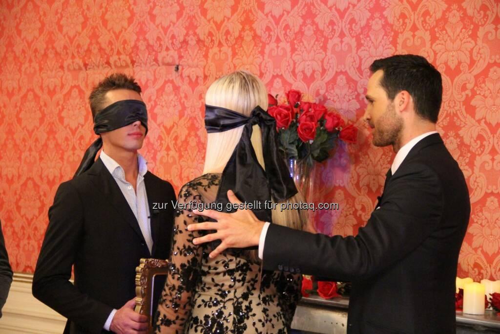 Erkennt Sebastian seine Freundin Alexandra anhand eines Kusses? Nackt - Wie gut kennst du deinen Partner(Bild: Shinyside Productions) (24.10.2014)