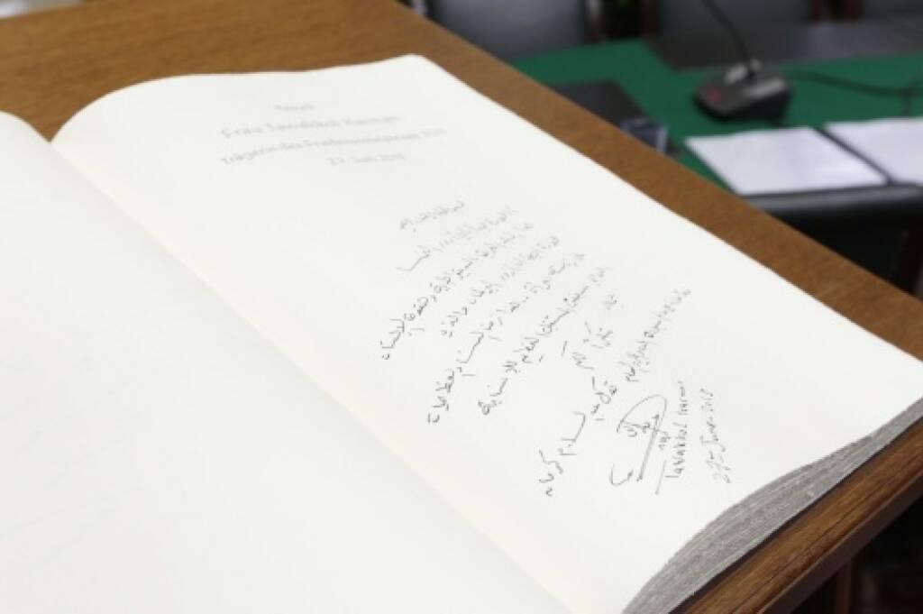 Schreiben - Parlament Gästebuch, © Parlamentsdirektion / Bildagentur Zolles KB / Martin Steiger (26.10.2014)
