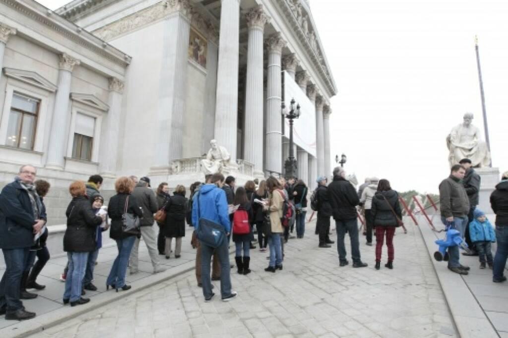 Menschenmenge - Besucherinnen warten vor dem Hauptportal, © Parlamentsdirektion / Bildagentur Zolles KB / Martin Steiger (26.10.2014)