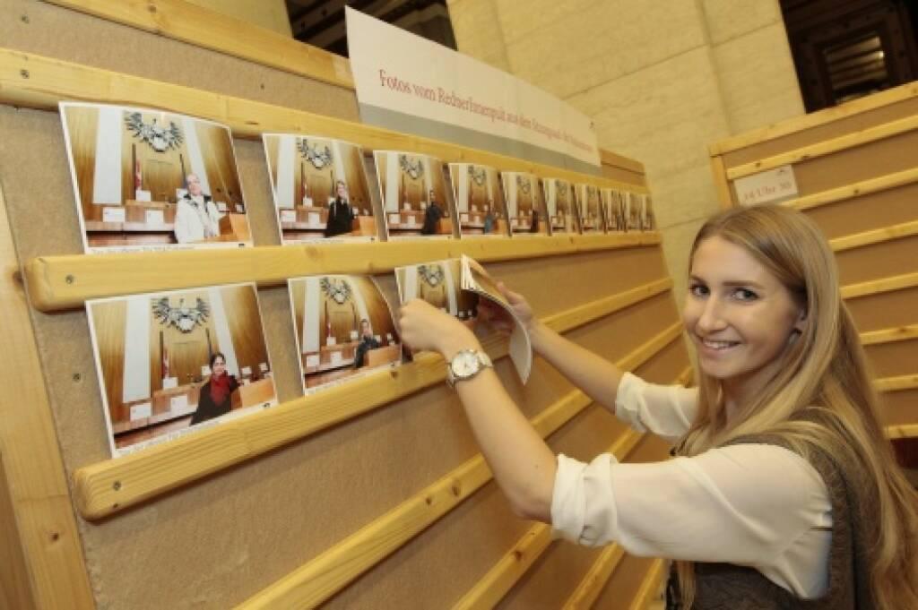 Fotoswand mit Fotos vom Rednerpult, © Parlamentsdirektion / Bildagentur Zolles KB / Martin Steiger (26.10.2014)