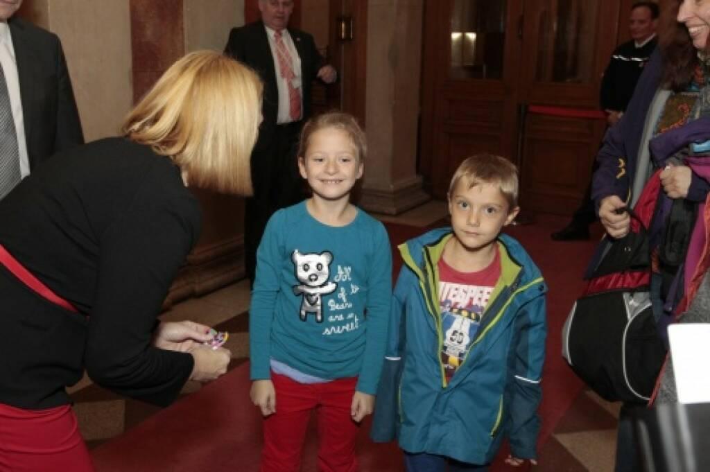 Nationalratspräsidentin Doris Bures im Gespräch mit zwei Kindern, © Parlamentsdirektion / Bildagentur Zolles KB / Martin Steiger (26.10.2014)