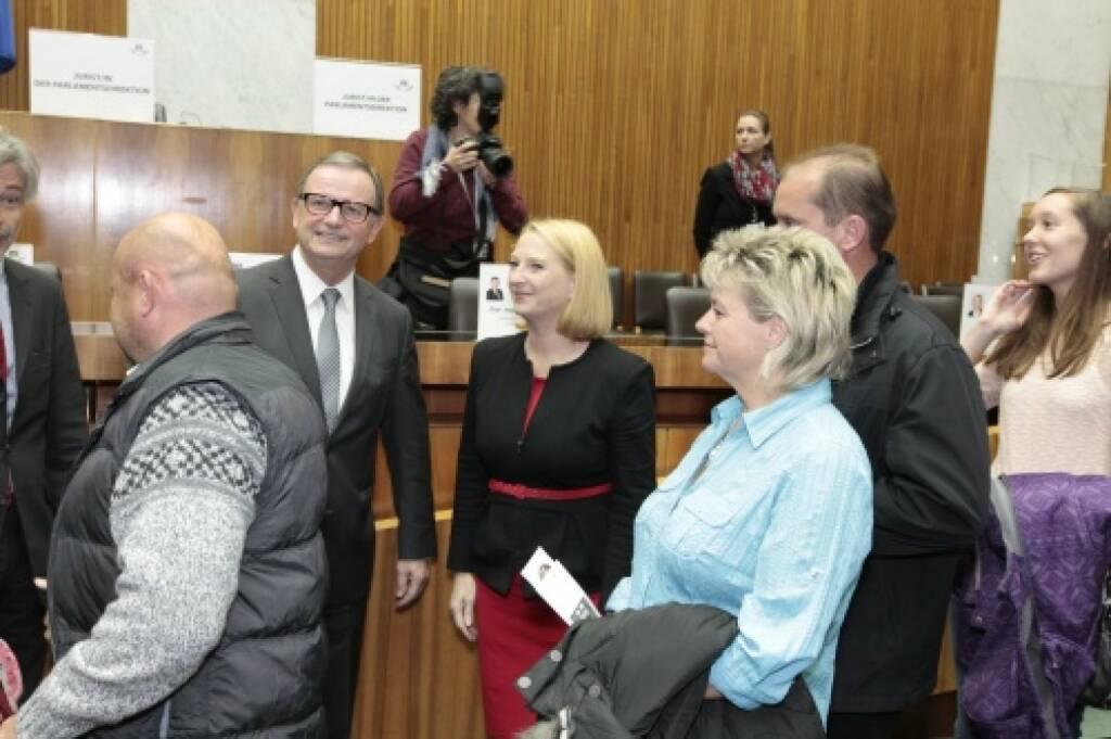 Nationalratspräsidentin Doris Bures und Zweiter Nationalratspräsident Karlheinz Kopf im Gespräch mit BesucherInnen, © Parlamentsdirektion / Bildagentur Zolles KB / Martin Steiger (26.10.2014)