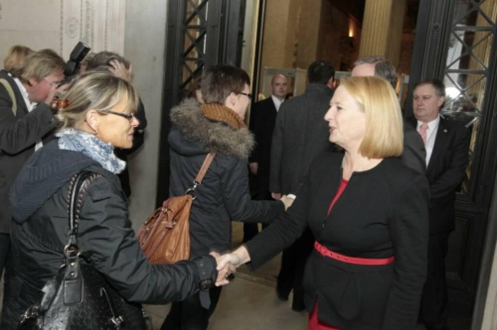 Deal Handshake  Nationalratspräsidentin Doris Bures begrüsst die BesucherInnen, © Parlamentsdirektion / Bildagentur Zolles KB / Martin Steiger (26.10.2014)