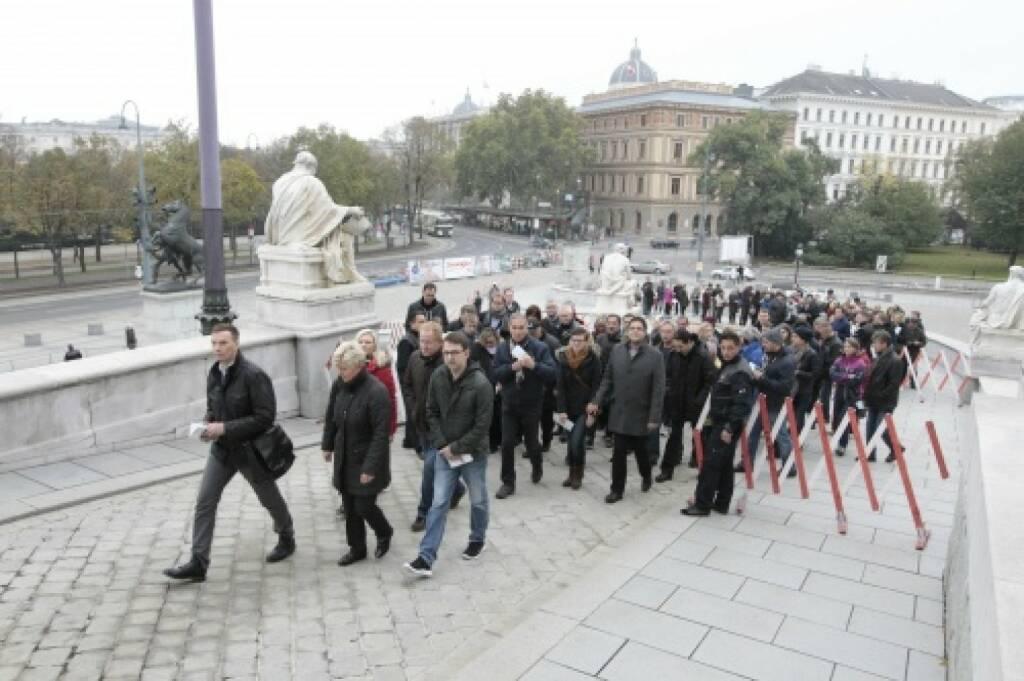 BesucherInnen warten vor dem Parlamentsgebäude, © Parlamentsdirektion / Bildagentur Zolles KB / Martin Steiger (26.10.2014)