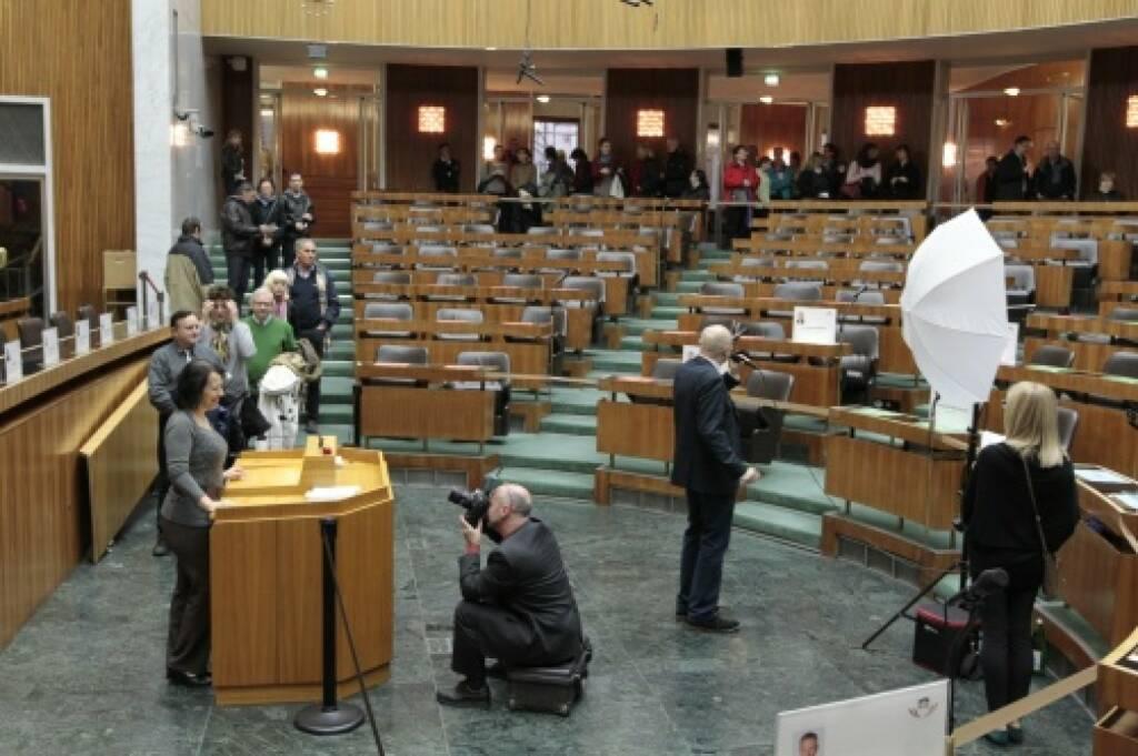 Am Rednerpult im Nationalratsitzungssaal können sich die BesucherInnen fotografieren lassen, © Parlamentsdirektion / Bildagentur Zolles KB / Martin Steiger (26.10.2014)