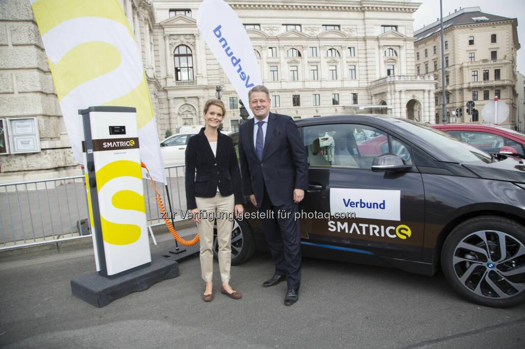 Birgit Wildburger (Smatrics) und Umweltminister Andrä Rupprechter. E-Mobility Provider Austria: Mehr Förderungen für E-Autos: Umweltminister Rupprechter unterstützt E-Mobilität, Verbund, © Aussender (27.10.2014)