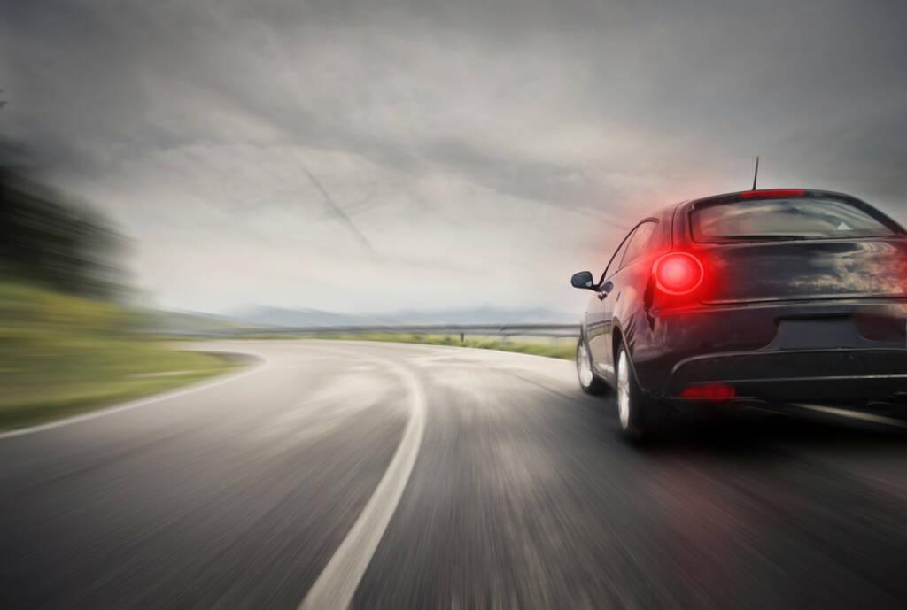 Bremslicht, Schlusslicht, bremsen, Auto, Mobilität, fahren, Landstrasse, freie Fahrt, http://www.shutterstock.com/de/pic-157599014/stock-photo-sportive-sport-car-on-the-road.html, © www.shutterstock.com (18.03.2018)