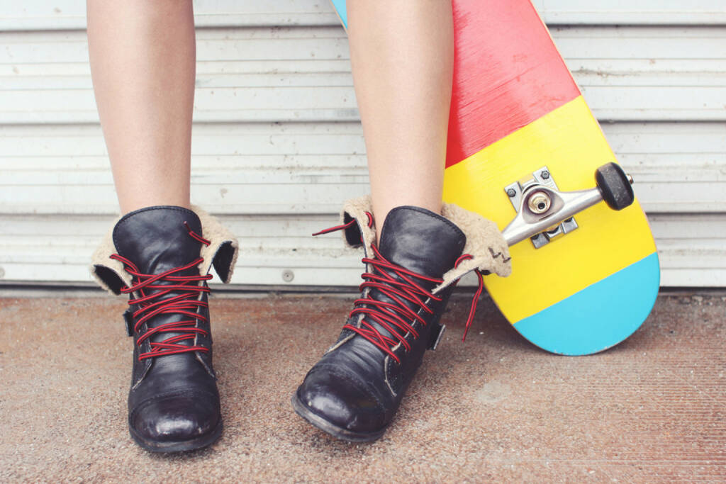 lockern, Schnürsenkel, Schuhband, Schuhe, lockern, http://www.shutterstock.com/de/pic-174726407/stock-photo-close-up-of-a-young-skater-girl-s-feet-and-skateboard.html, © www.shutterstock.com (17.01.2018)
