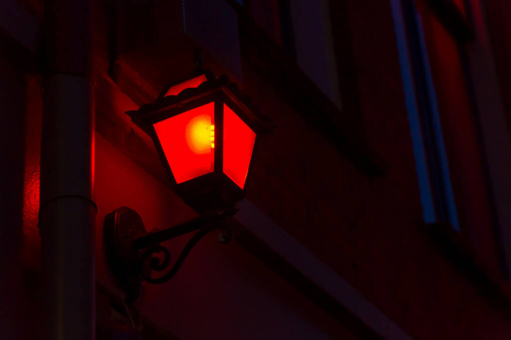 rote Laterne, Schlusslicht, http://www.shutterstock.com/de/pic-216104746/stock-photo-red-lantern-on-the-wall-in-red-light-district-in-amsterdam-netherlands.html, © www.shutterstock.com (17.01.2018)