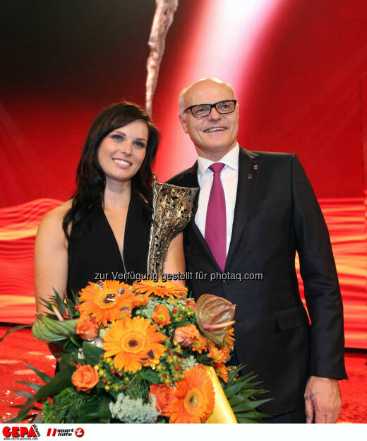 Anna Fenninger (AUT) und Karl Stoss (OEOC). Photo: GEPA pictures/ Christian Walgram, ©  Gepa pictures/ Michael Riedler (31.10.2014)