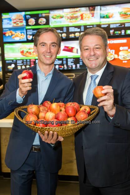 Andreas Schmidlechner (Managing Director McDonald's Österreich, links) und Andrä Rupprechter (Landwirtschaftsminister): McDonald's Österreich: Steirische Äpfel im Happy Meal, © Aussender (02.11.2014)