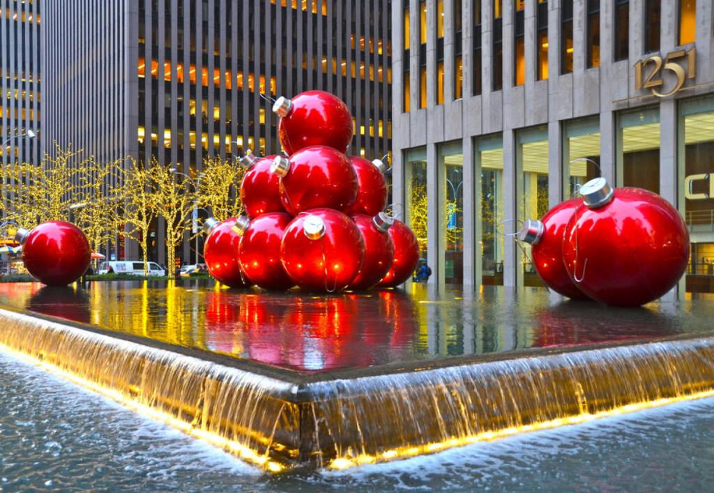 Weihnachten, New York City, USA, Christbaumkugeln, Brunnen, <a href=http://www.shutterstock.com/gallery-877663p1.html?cr=00&pl=edit-00>Victoria Lipov</a> / <a href=http://www.shutterstock.com/editorial?cr=00&pl=edit-00>Shutterstock.com</a>, Victoria Lipov / Shutterstock.com, © www.shutterstock.com (05.11.2014)