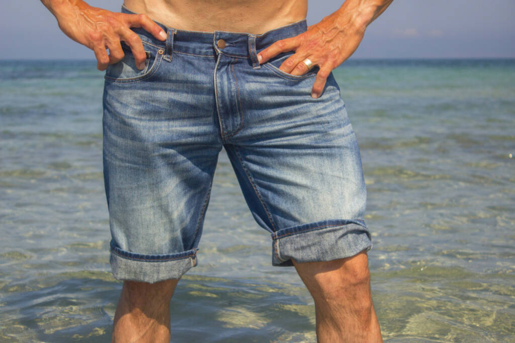 Shorts, Hosen, http://www.shutterstock.com/de/pic-198943898/stock-photo-man-wearing-jeans-shorts-standing-in-the-sea-water-legs-closeup.html, © www.shutterstock.com (17.01.2018)