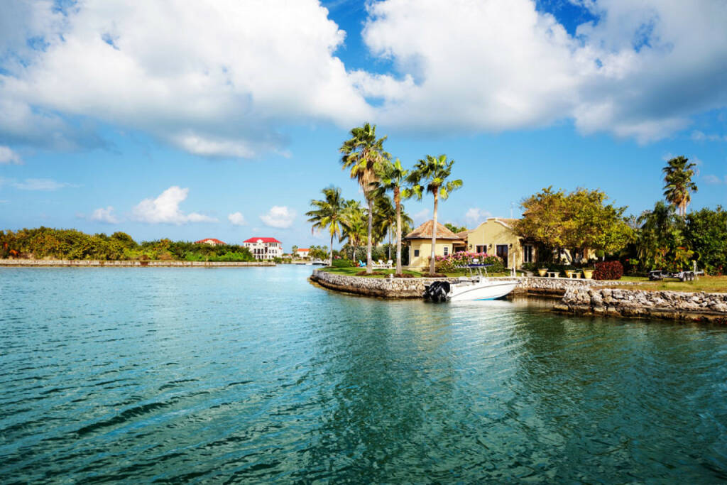 Cayman Islands, Meer, Palmen, http://www.shutterstock.com/de/pic-77609683/stock-photo-waterfront-homes-on-grand-cayman.html, © (www.shutterstock.com) (12.11.2014)
