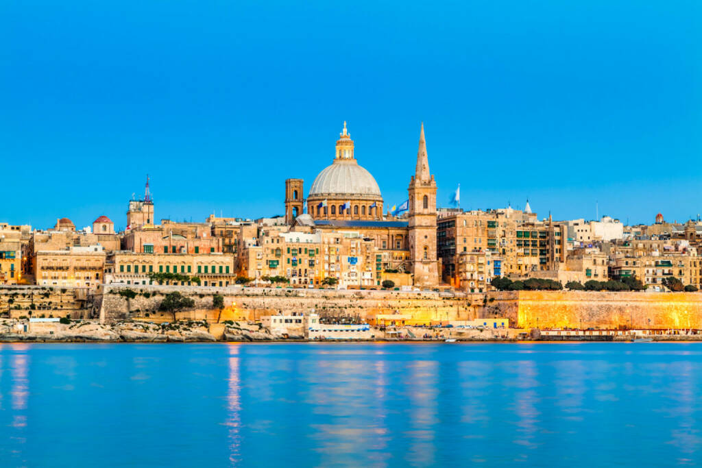 Malta, Valetta, http://www.shutterstock.com/de/pic-125319017/stock-photo-valletta-skyline-in-the-evening-malta.html, © shutterstock.com (12.11.2014)