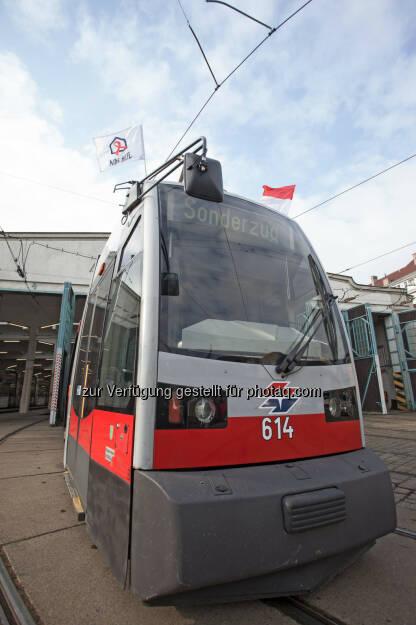 Aids Hilfe Wien: Welt-Aids-Tag 2014 - Aids Hilfe Wien und Wiener Straßenbahnen zeigen Flagge, Sonderzug (Bild: Wiener Linien/Helmer), © Aussender (14.11.2014)