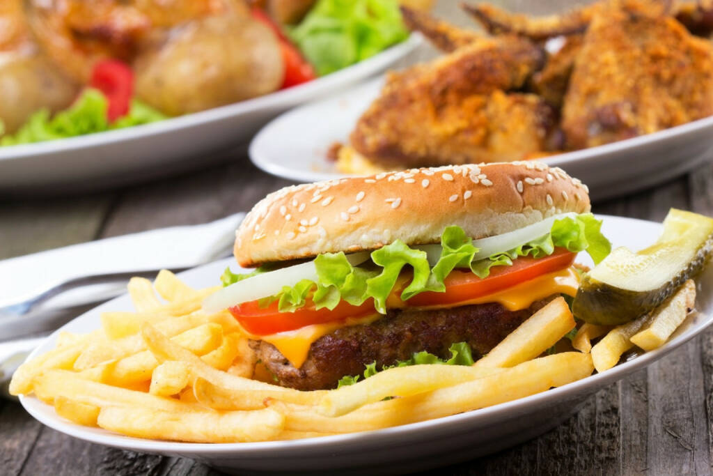 Junk, Junkfood, Burger, Pommes, Essen, USA, Junkbonds, http://www.shutterstock.com/de/pic-95254582/stock-photo-hamburger-with-fries-and-vegetables.html, © www.shutterstock.com (17.01.2018)