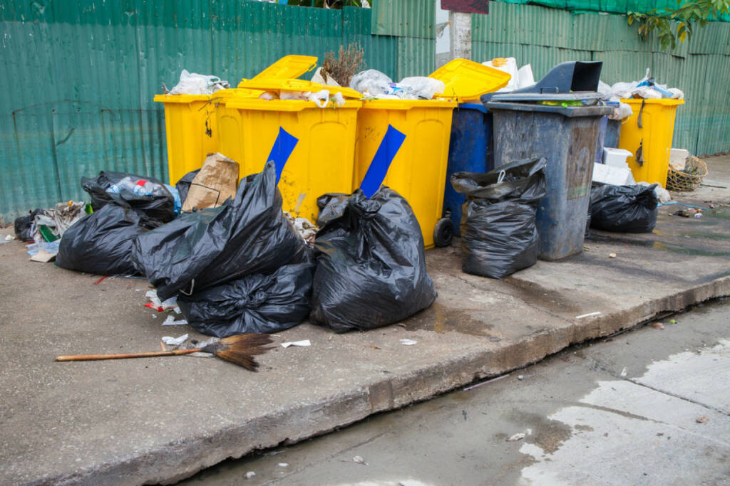 Müll, Ramsch, Mist, Junkbonds, http://www.shutterstock.com/de/pic-205518673/stock-photo-pile-of-garbage-and-overfilled-recycle-bins.html, © www.shutterstock.com (17.01.2018)
