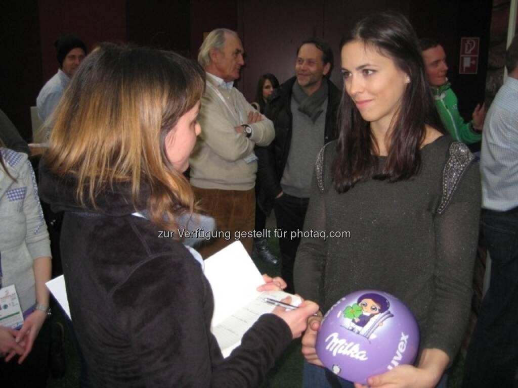 Johanna mit Elena Curtoni, die ihren neuen Milka-Helm trägt ... http://www.voestalpine.com/wmblog/2013/02/05/zu-besuch-bei-den-milka-ski-girls-und-ihren-glucksbringern/#.UREeuI7aK_Q, &copy; <a href=