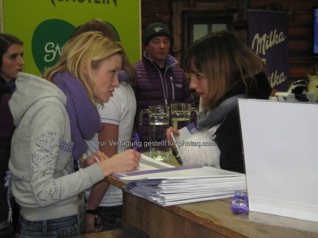 Johanna im Talk http://www.voestalpine.com/wmblog/2013/02/05/zu-besuch-bei-den-milka-ski-girls-und-ihren-glucksbringern/#.UREeuI7aK_Q, &copy; <a href=