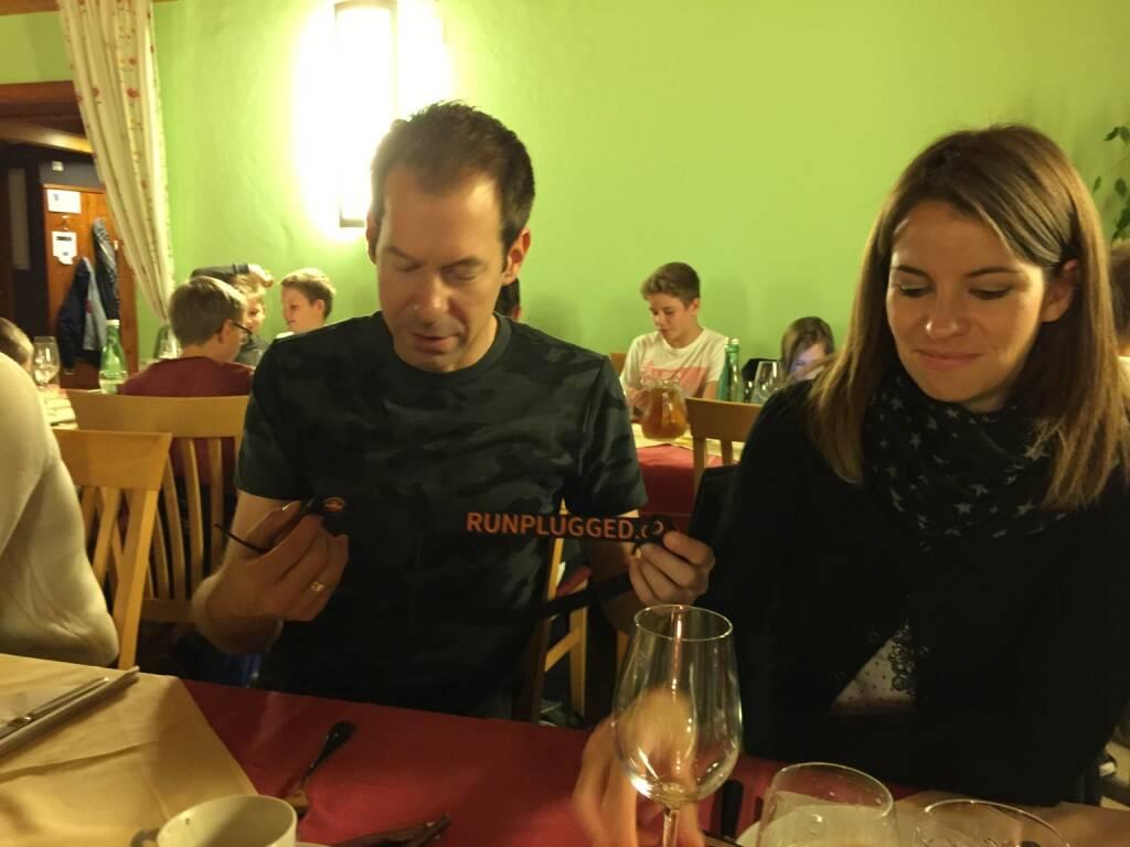Thomas Baucek, Beate Baucek mit dem von Thomas Baucek entworfenen Runplugged-Startnummerngurt, © Diverse  (16.11.2014)