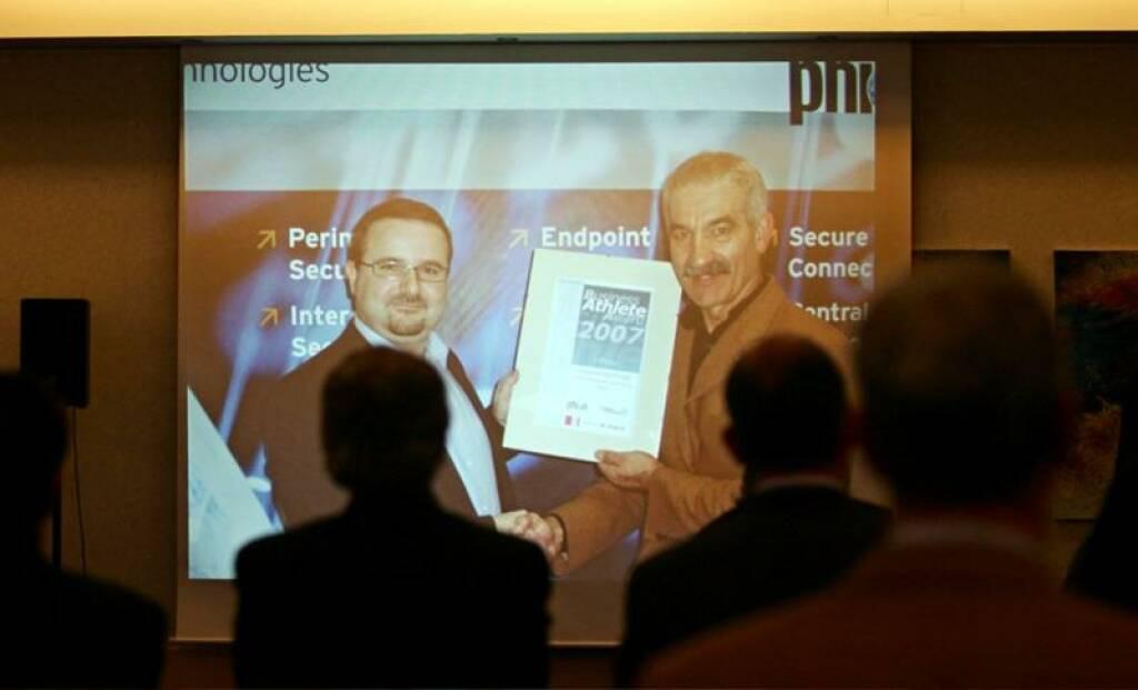 Der Gesamtsieger bei seiner Bundesländer-Preisverleihung mit Wieland Alge (phion) (17.11.2014)