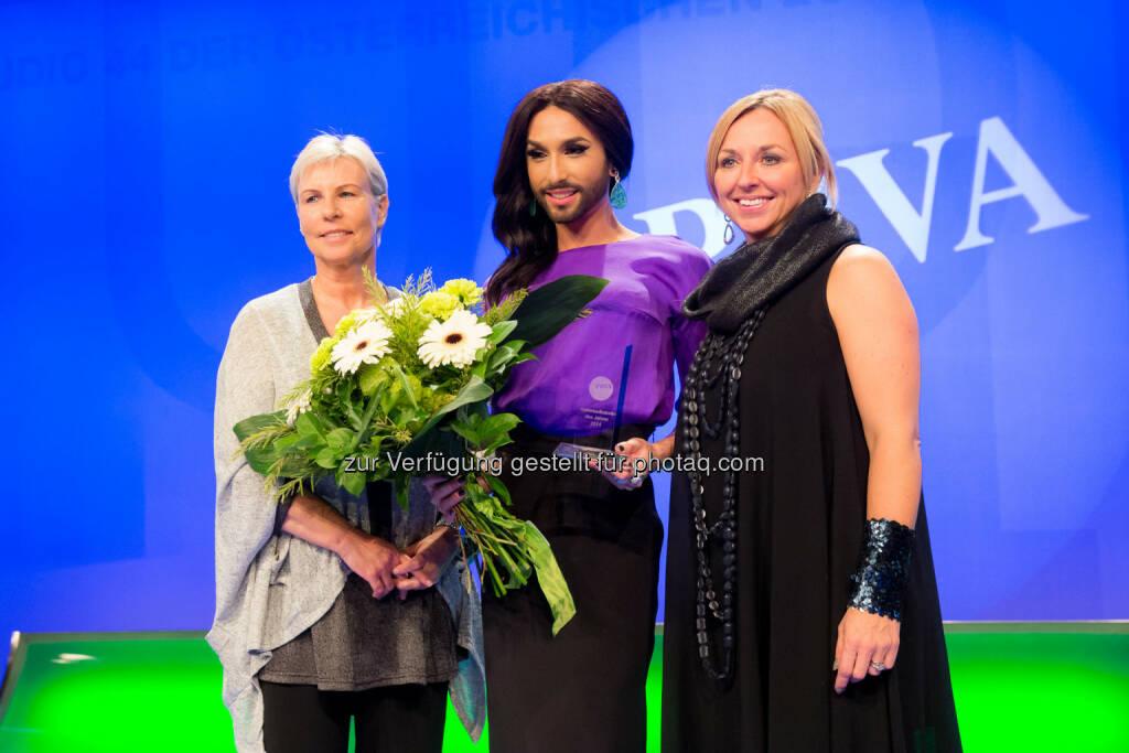 Ingrid Vogl (PRVA-Präsidentin), Conchita Wurst (Preisträgerin), Daniela Enzi (Juryvorsitzende): PRVA Public Relations Verband Austria: Conchita Wurst ist die Kommunikatorin des Jahres 2014, © Aussendung (21.11.2014)
