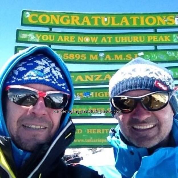 4.2. mit Christoph am Summit bei herrlichem Wetter :-) ... nach 3 Tagen im Cratercamp auf 5650m ohne Chance auf einen Flug gestern 3900 HM zu Fuß vernichtet :-(, © Karl Mauracher (07.02.2013)