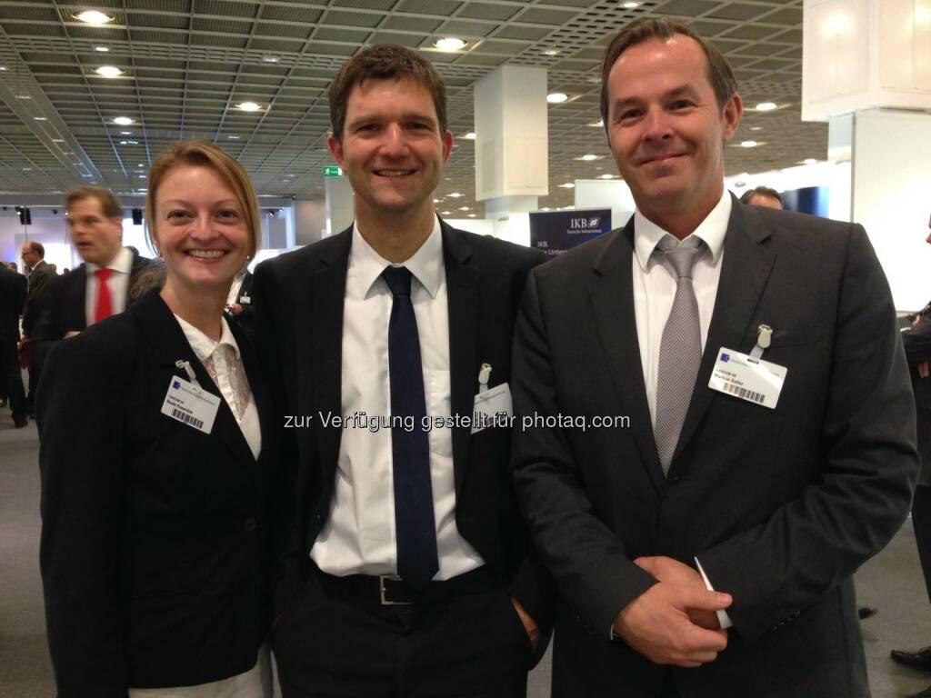 Cancom: Schöne Grüße von der Deutschen Börse in Frankfurt. Beate Rosenfeld, Thomas Stark und Markus Saller stellen sich den hartnäckigen Fragen interessierter Investoren.  Source: http://facebook.com/CANCOM (26.11.2014)