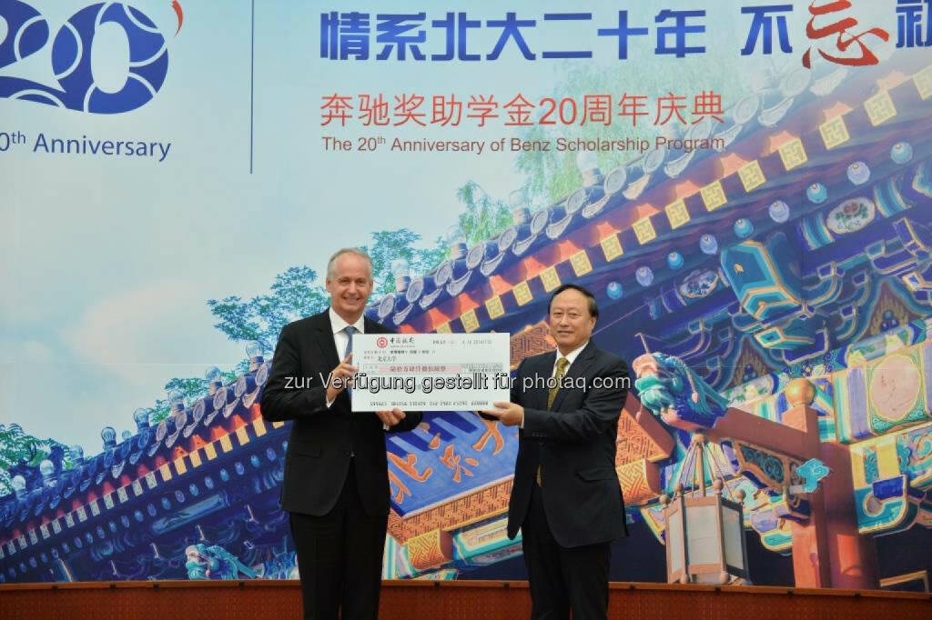 Hubertus Troska, Vorstandsmitglied der Daimler AG verantwortlich für China, und Zhu Shanlu, Vorsitzender des Peking University Council, bei den Feierlichkeiten zum 20jährigen Jubiläum des Daimler Stipendienprogramms an der Peking Universität. , © Aussender (28.11.2014)