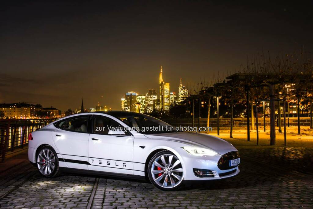 Model S at the skyline in Frankfurt, Germany. Thanks for the photos Stefan Sieber - fotostudio picturebaer.  Source: http://facebook.com/teslamotors, © Aussender (29.11.2014)