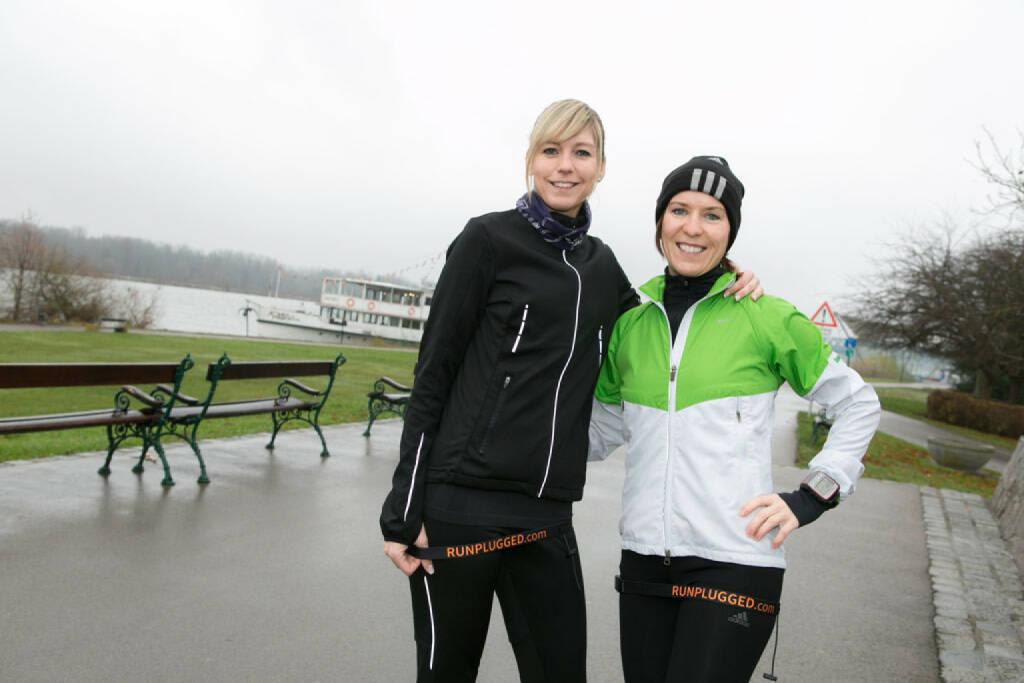 Die beiden Lauffrau Coaches Anita Miedl und Gabi Görtler mit dem neuen Runplugged Startnummernband. Siehe auch: http://lauffrau.at/ , © Diverse  (30.11.2014)