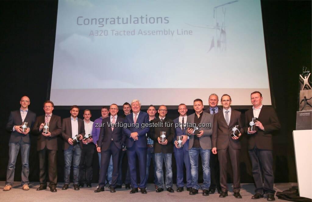 Die FACC-Vorstände Robert Machtlinger und Walter A. Stephan mit dem stolzen Siegerteam der ersten FACC Leonardo-Verleihung. Foto: Alois Furtner/FACC AG , © Aussendung (02.12.2014)