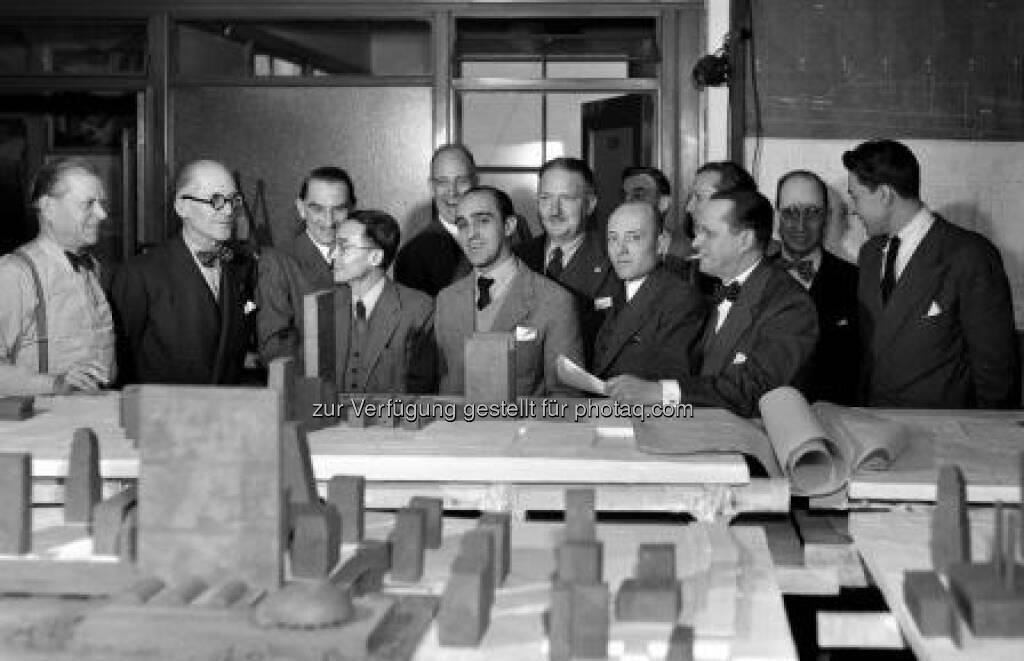 UN Konsultanten, New York 1947, 1. Reihe, von links nach rechts: S. Markelius (S), Le Corbusier (F, CH), Ssu-Chang Liang (CN), O. Niemeyer (BR), N. Bassow (SU), E. Cornier (CDN). 2. Reihe, von links nach rechts: V. Bodiansky (F), W. Harrison (USA), G.A. Faillend (AUS), M. Abramovits (USA), E. Weismann (YU), A. Antoniades (GR), M. Nowicki (PL). Foto: UN, © (VIG beigestellt) (09.02.2013)