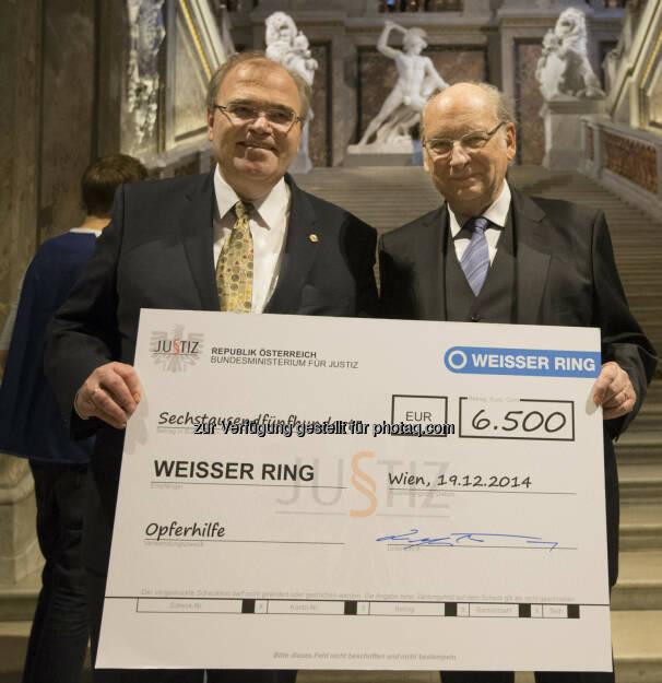 Wolfgang Brandstetter (Justizminister) und Udo Jesionek (Präsident Weisser Ring): Justizministerium sammelte 6.500 Euro für Verbrechens-Opfer, © Aussender (23.12.2014)