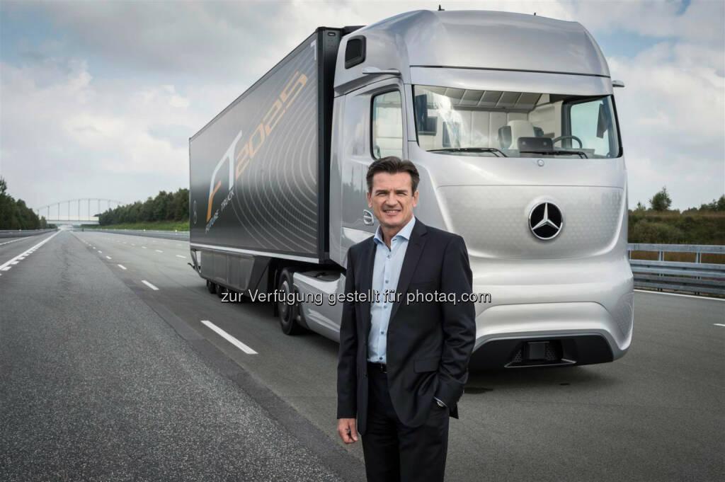 Wolfgang Bernhard, Vorstand Daimler AG, vor einem Mercedes-Benz Future Truck 2025: Daimler Trucks verkauft fast 500.000 Lkw in 2014, © Aussendung (29.12.2014)