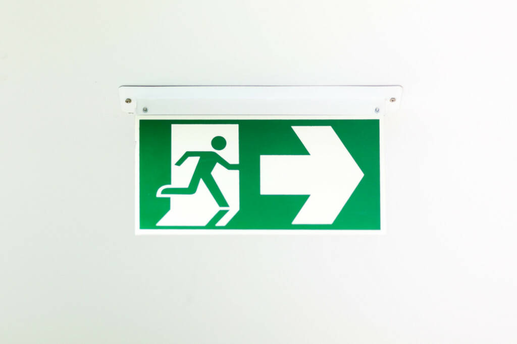 Notausgang, Ausgang, Exit, laufen, Not, Hilfe, emergency, http://www.shutterstock.com/de/pic-181299071/stock-photo-green-emergency-exit-sign-showing-the-way-to-escape.html, © www.shutterstock.com (03.01.2015)