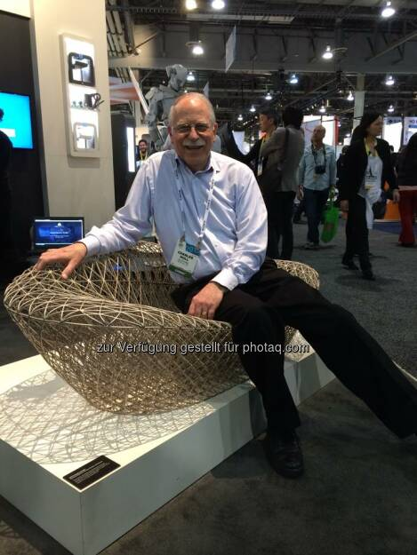 Chuck Hull, the father of 3D printing, sits in the largest 3D print off our ProX 950 SLA printer  Source: http://facebook.com/3dsystemscorp, © Aussender (09.01.2015)